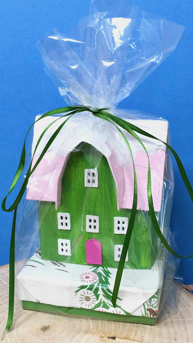 Barn-shaped Gable front house as a gift box topper